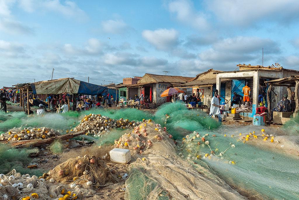 Las redes se extienden ante las casetas en la playa de Tanji, Gambia
