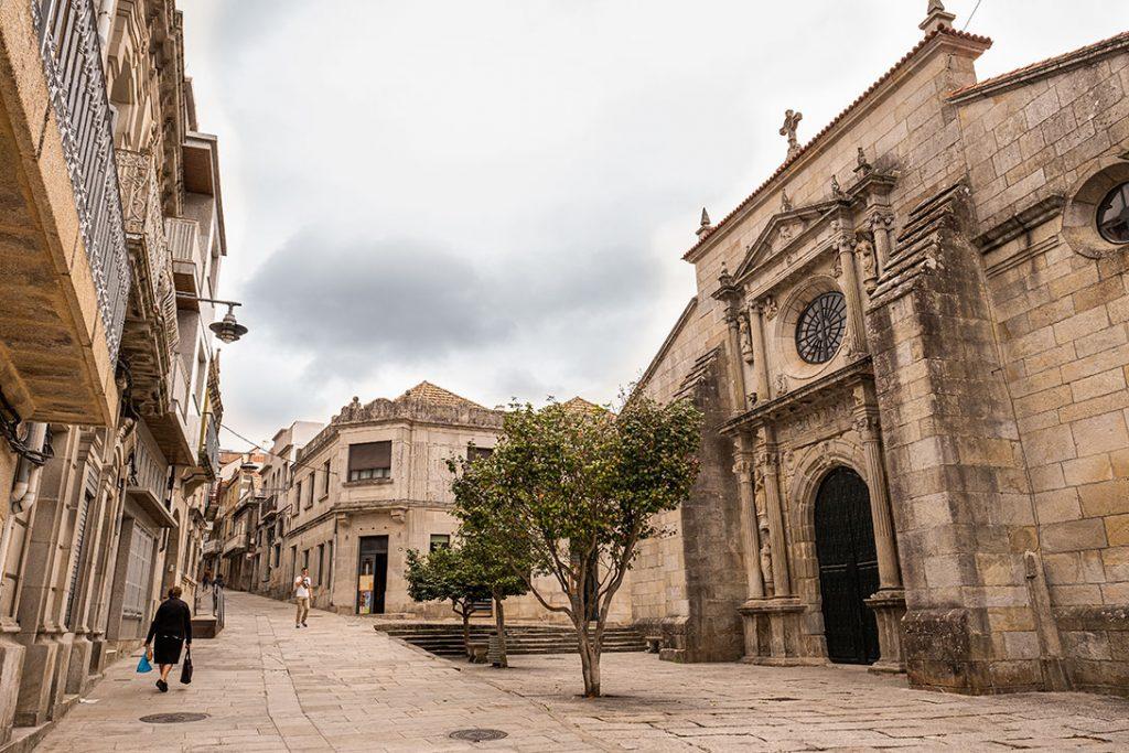 Plano general de la fachada de la Colegiata Iglesia de Santiago el Mayor en Cangas de Morrazo, Pontevedra.