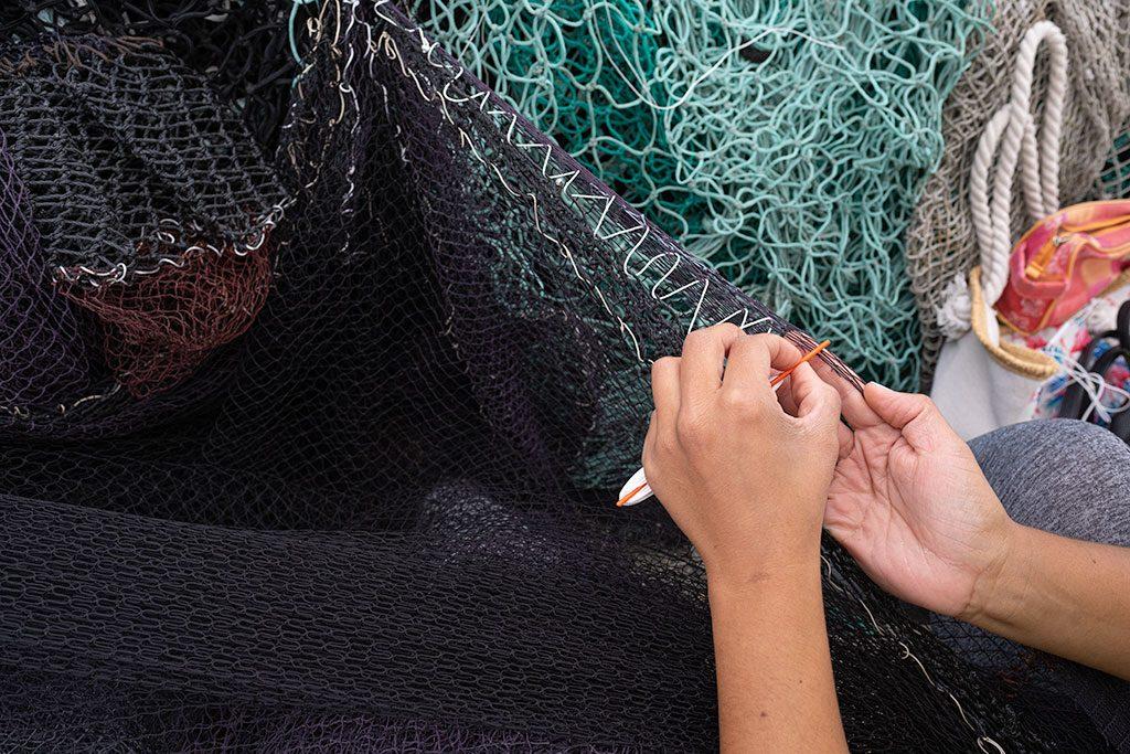 Manos de una atadeira, mujer que remienda las redes de los barcos en Moaña, Península de Morrazo.