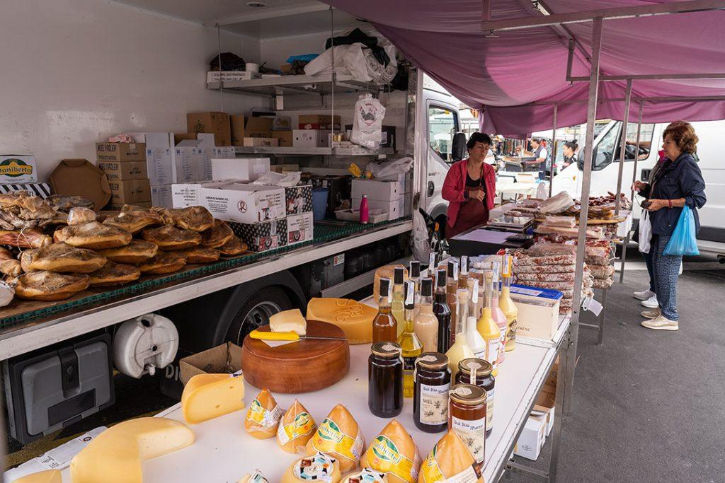 Puesto de quesos y embutidos en el mercadillo que se celebra en Cangas de Morrazo, Península de Morrazo,  los viernes.