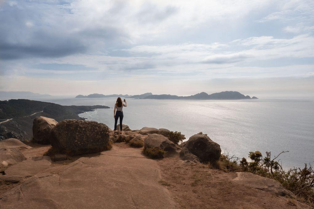 Panorámica del Monte do Facho con mujer que mira a las Islas Cíes.