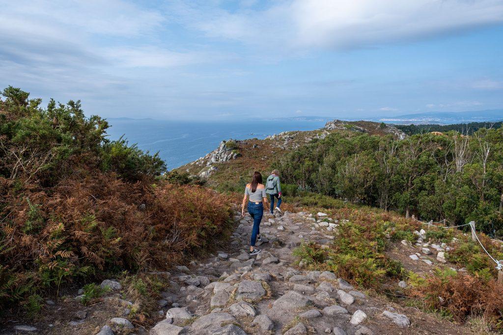 Panorámica de sendero de acceso a Monte do Facho con Islas Ons de fondo.