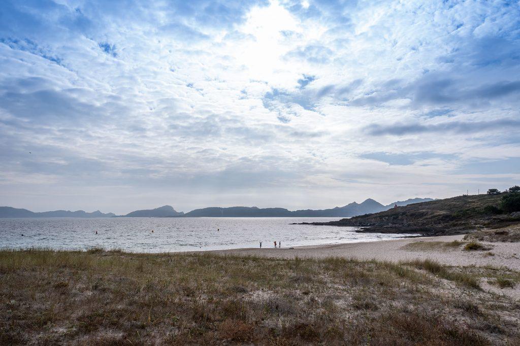 Playa de Melide con las Islas Cíes de fondo.
