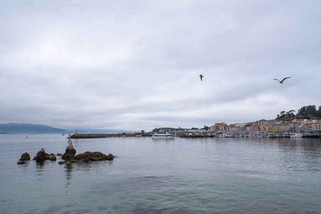 Entrada del puerto de Cangas de Morrazo con escultura O´Galeón, en la Península de Morrazo.