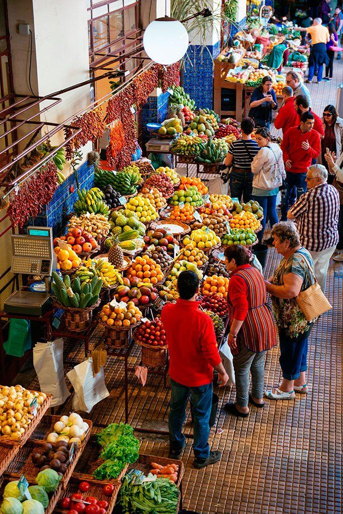 Puestos de los vendedores de frutas tropicales en Mercado dos Lavradores, Funchal.