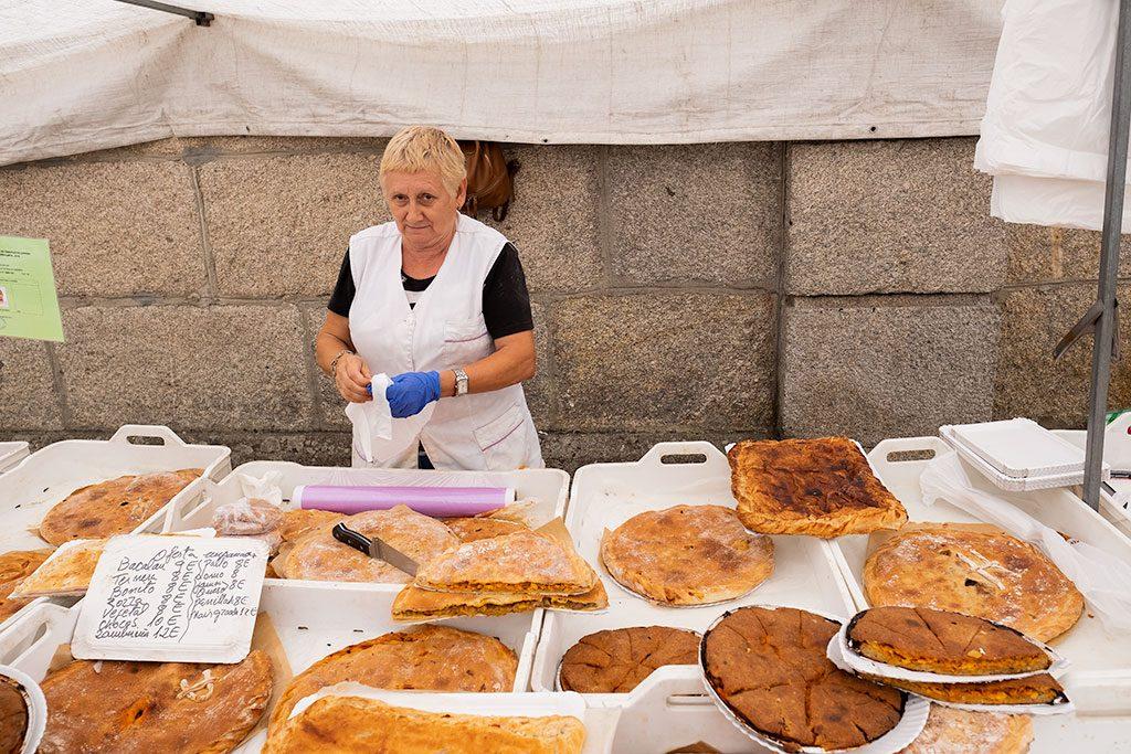 Puesto de empanadas gallegas en el mercadillo de Cangas en la Península de Morrazo, Pontevedra.