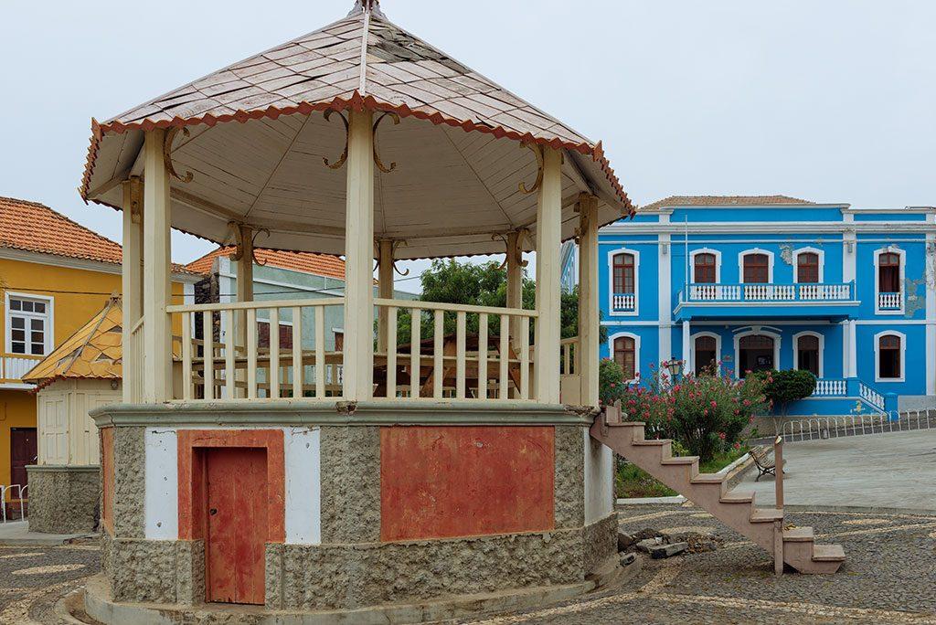 Viajar a Cabo Verde: Kiosco de música y sobrado en Sao Felipe, Fogo