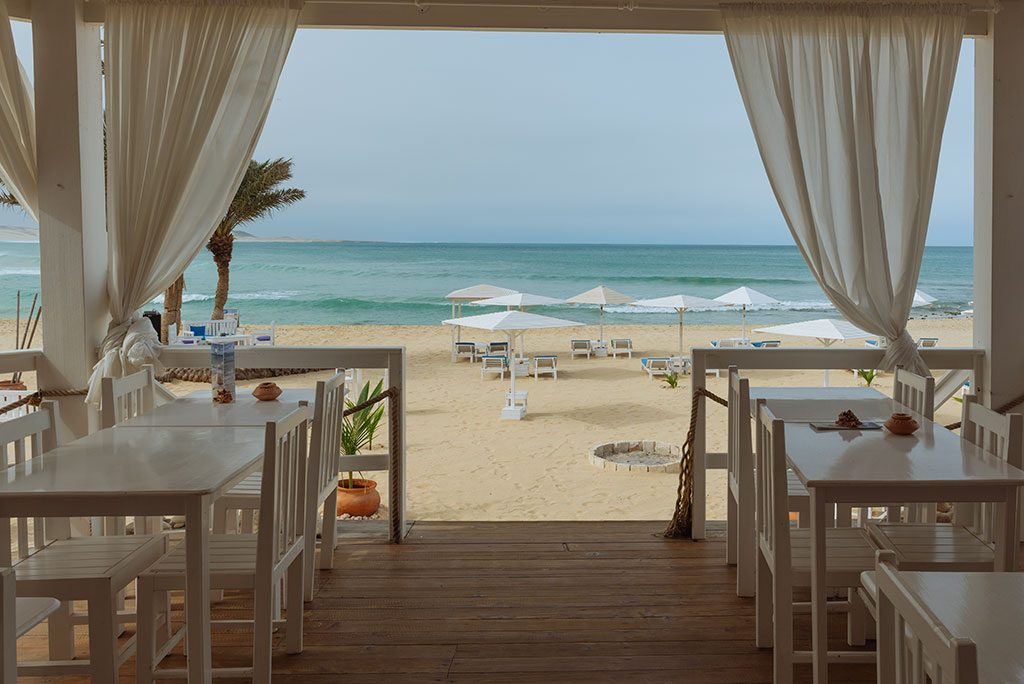 Viajar a Cabo Verde, beach club en playa de Chaves en Boa Vista
