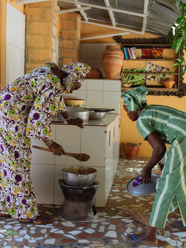 Ida Cham cocinando en el patio de su casa