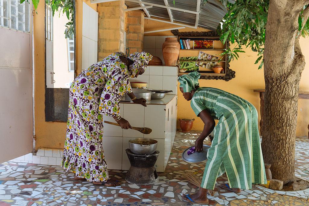 Ida y su ayudante supervisando la preparación de la Domada en Cocina con Ida