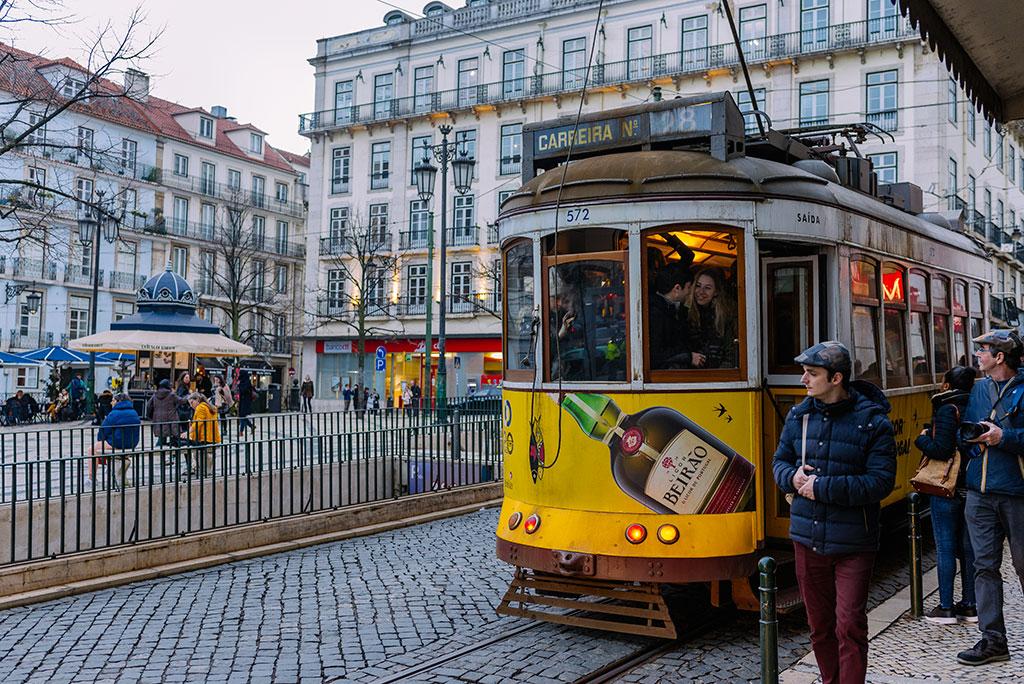 Tranvía 28 en la plaza de Chiado en Lisboa