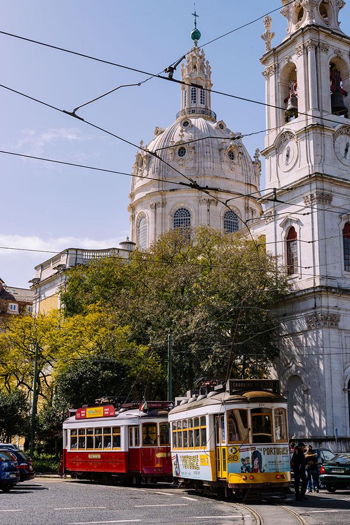 Tranvía 28 en Lisboa en basílica da estrela