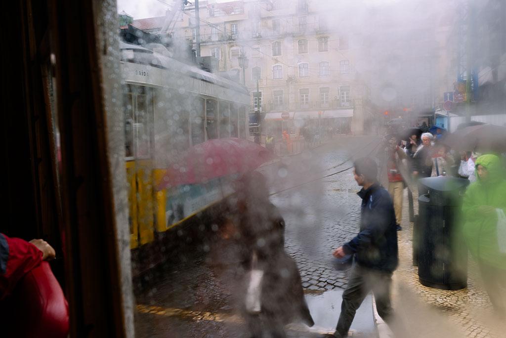 Vistas desde interior tranvía 28 en Lisboa