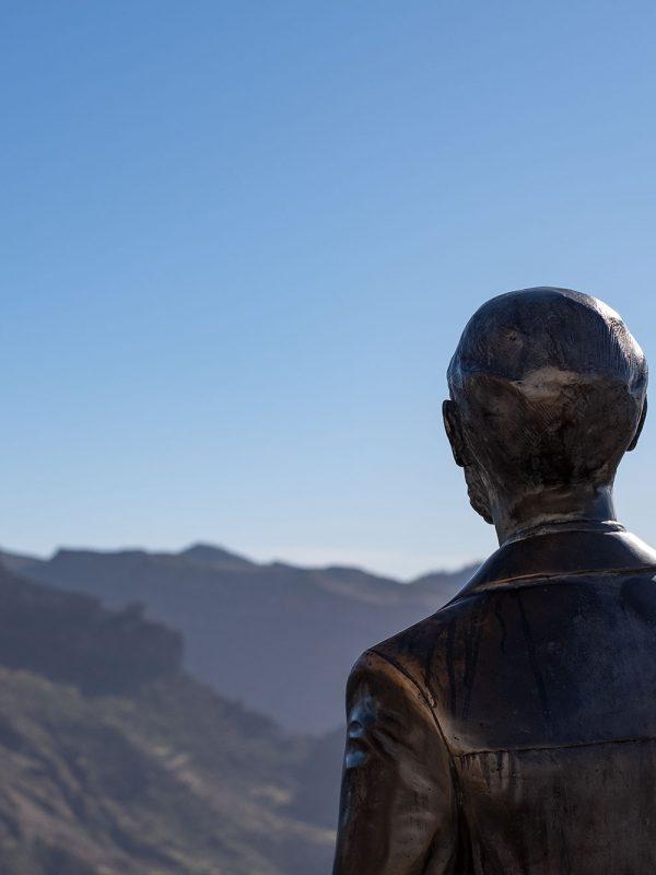 Escultura de Unamuno mirando a la cumbre de Gran Canaria