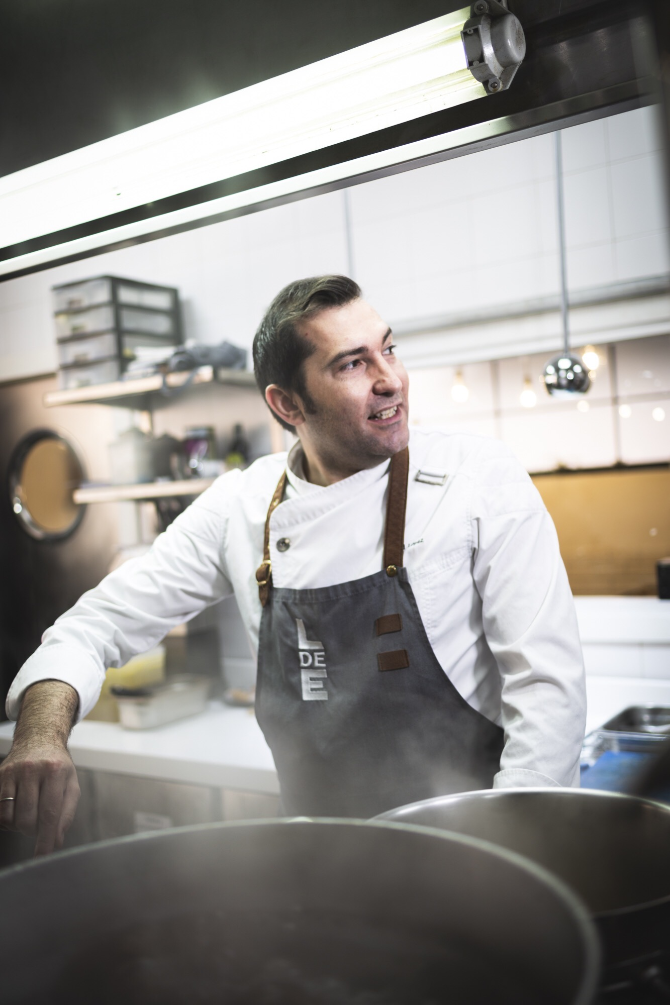 El Chef David López en las cocinas del restaurante Local de Ensayo. Comer en Murcia